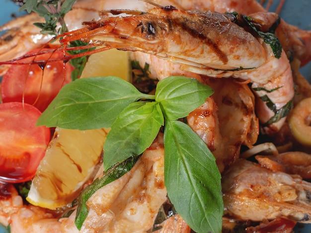 Spiedini barbeque alla griglia con gamberi piccanti aglio e pomodoro pronti a servire