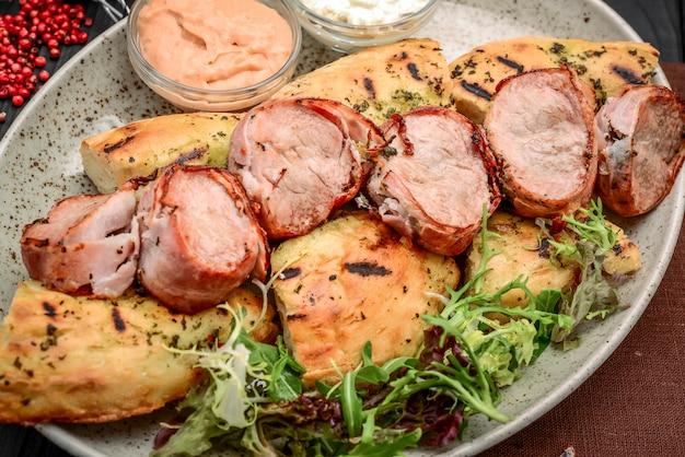 Spiedini di carne alla griglia su un legno