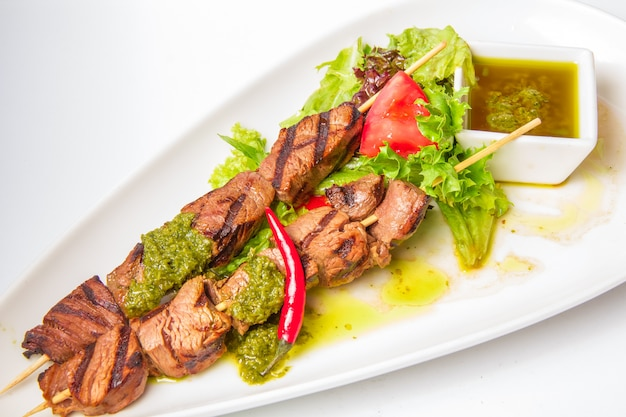 Spiedini di carne e salsa