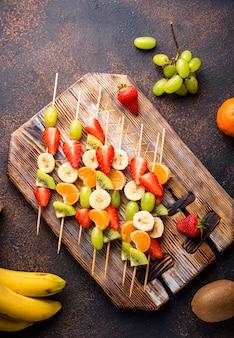Spiedini di frutta, salutare spuntino estivo
