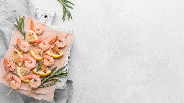 Spiedini di gamberetti ai frutti di mare copia spazio