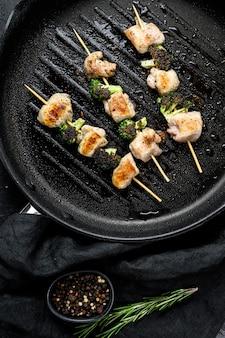 Spiedini di petto di tacchino alla brace. shish kebab. sfondo nero. vista dall'alto