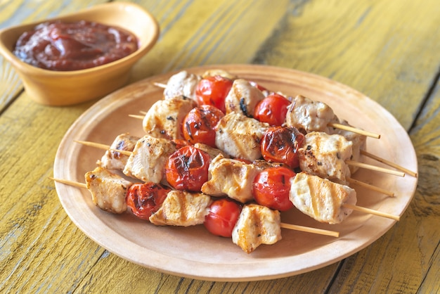 Spiedini di pollo alla griglia su un piatto