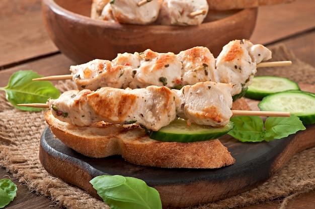 Spiedini di pollo su spiedini con toast