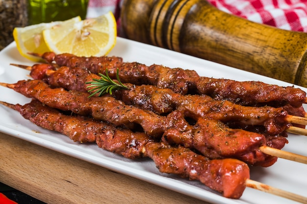 Spiedini di shashlik kebab con salsa rossa