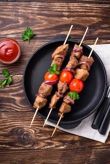 Spiedini di shish kebab alla griglia con pomodori