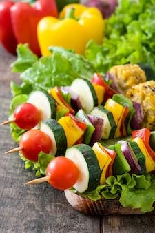 Spiedini di verdure su un tavolo di legno
