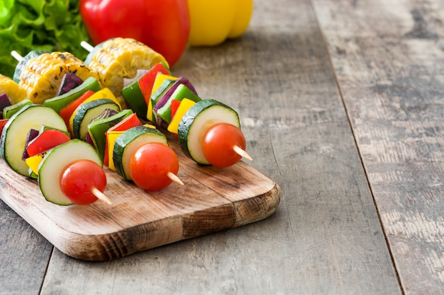 Spiedini di verdure su un tavolo rustico, copia spazio