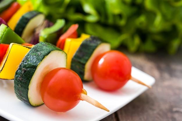 Spiedini di verdure su un tavolo rustico