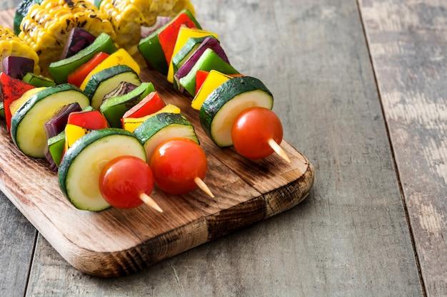 Spiedini di verdure sul tavolo di legno