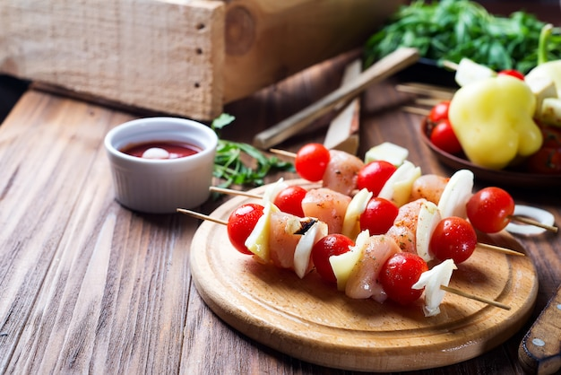 Spiedino con carne di pollo, pomodoro e peperone