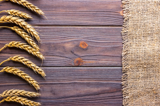 Spighe di grano e stoffa su fondo in legno