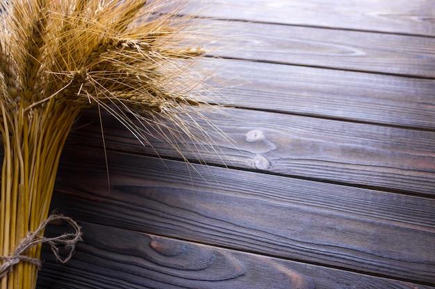 Spighe di grano sulla superficie in legno. vista dall'alto.