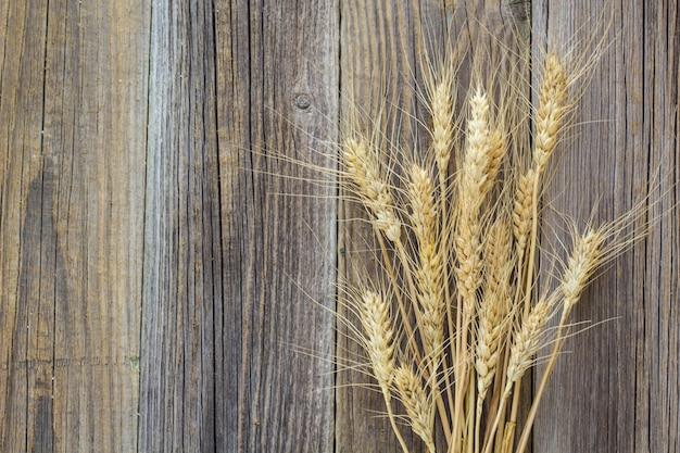 Spighette di grano sulla vecchia tavola di legno naturale