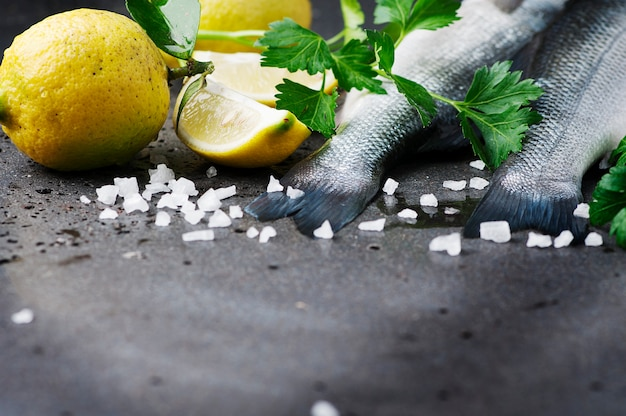 Spigola cruda con sale, limone e prezzemolo