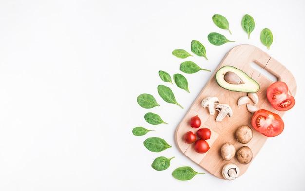 Spinaci attorno al tagliere con verdure