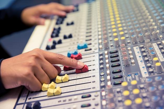 Spingere a mano la regolazione del volume sul mixer audio.