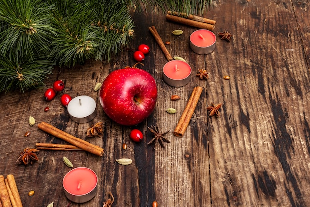 Spirito albero di natale, mela fresca, cannella, candele, cardamomo, anice stellato. decorazioni naturali, tavole di legno vintage
