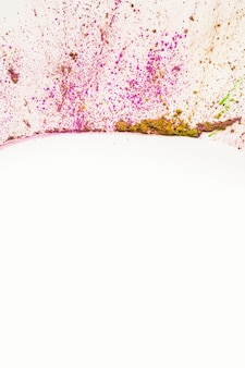 Splatter polvere holi su sfondo bianco