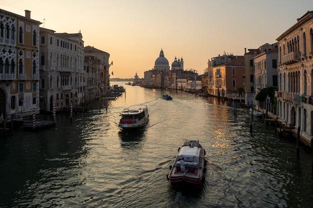 Splendida alba vista sul canal grande di venezia