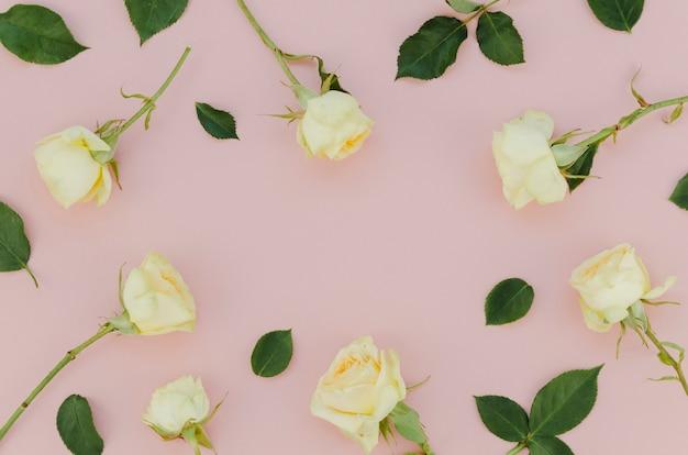 Splendida composizione di rose bianche