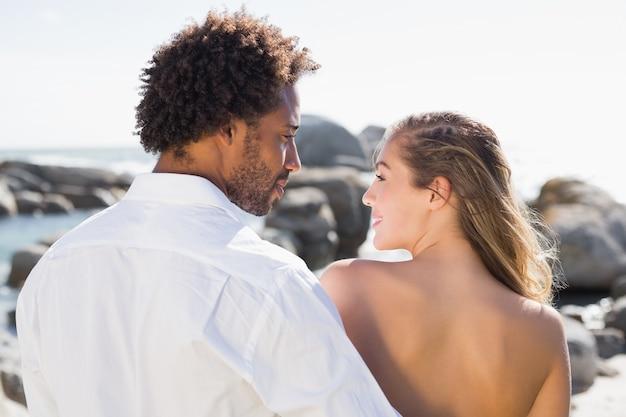 Splendida coppia che abbraccia lungo la costa