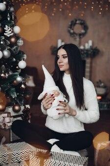 Splendida donna con lunghi capelli scuri con piccola nana bianca