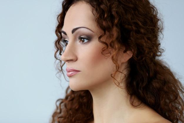 Splendida donna con un bel viso