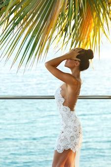 Splendida donna in bellissimo abito bianco