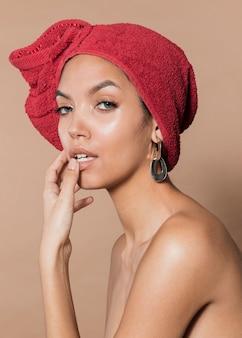 Splendida giovane donna con asciugamano