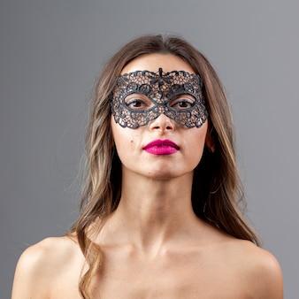 Splendida giovane donna con maschera
