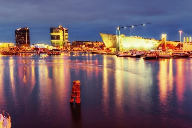 Splendida illuminazione notturna ad amsterdam.