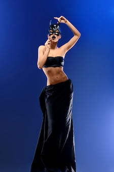 Splendida modella femminile che indossa la gonna nera lunga e lunga