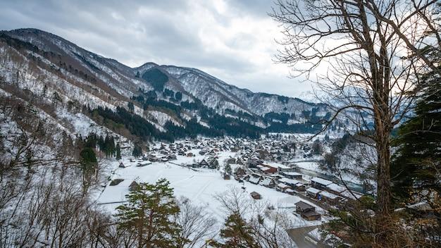 Splendida montagna con paesaggio invernale