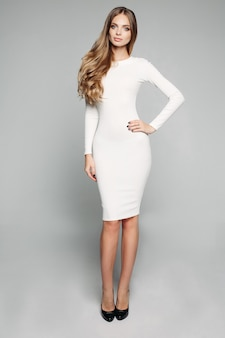 Splendida ragazza bionda in bianco