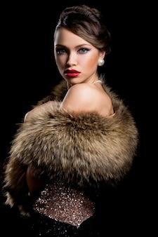Splendida ragazza con pelliccia