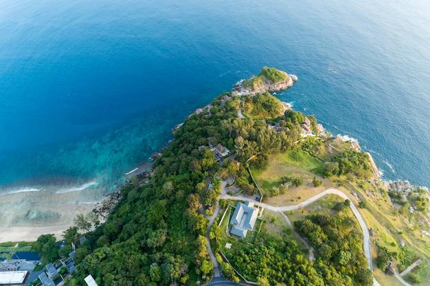Splendida superficie del mare con spiaggia e immagine della villa moderna di drone vista aerea top down