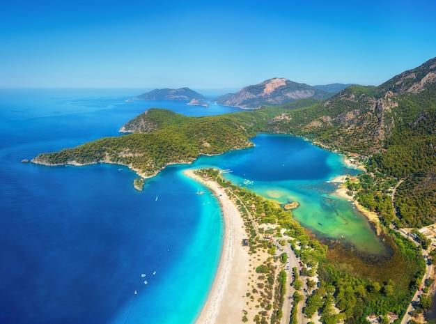 Splendida veduta aerea della laguna blu