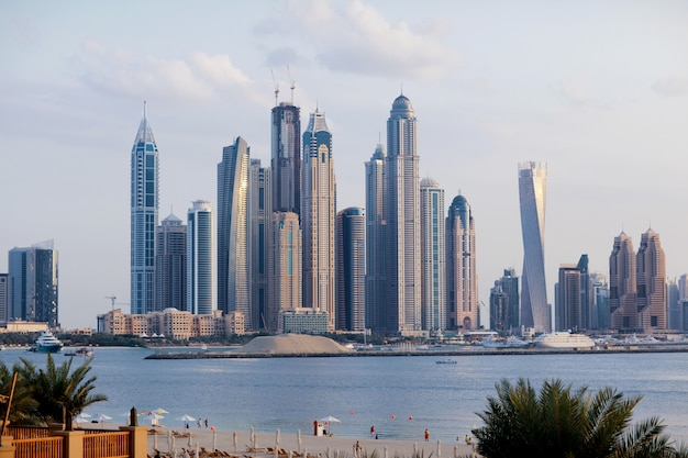 Splendida vista dei grattacieli di dubai all'alba