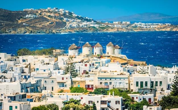 Splendida vista della città di mykonos con mulino a vento