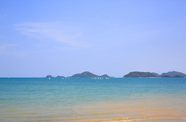 Splendida vista mare e isola in giornata di sole.