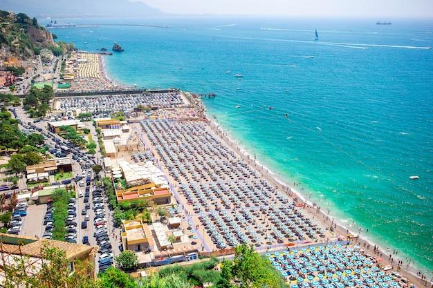 Splendida vista su vietri sul mare, la prima città della costiera amalfitana, con il golfo di salerno, in campania