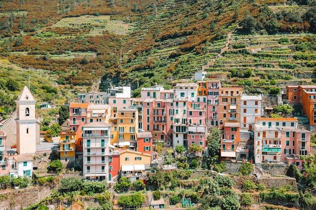 Splendida vista sul bellissimo villaggio di manarola nella riserva delle cinque terre.
