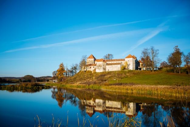 Splendida vista sul famoso castello sul lago, una delle principali attrazioni turistiche in ucraina e i monumenti più visitati in europa, con cielo blu e nuvole