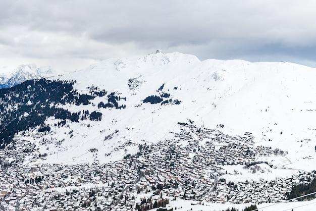 Splendida vista sulla valle nella stazione sciistica nelle alpi svizzere