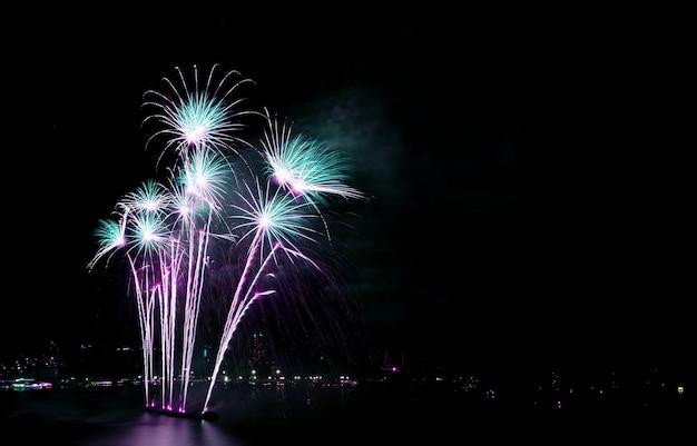 Splendidi fuochi d'artificio blu e viola contro il cielo notturno con spazio libero
