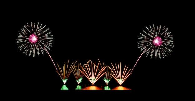 Splendidi fuochi d'artificio sul cielo nero