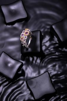Splendido anello diamong su sfondo ondulato