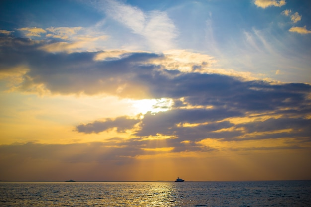 Splendido bellissimo tramonto su una spiaggia caraibica esotica