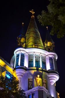 Splendido edificio notturno a batumi. georgia.